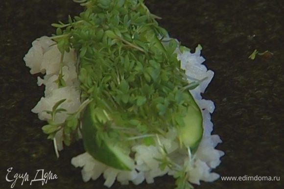 На лист нори выложить столовую ложку риса, немного васаби, пару полосок огурца, щепотку кресс-салата.