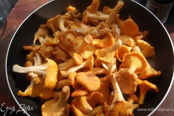 Сначала положить лисички на сковороду без масла. А когда выпариться вся влага, добавить немного масла и обжарить лисички до румяного цвета.