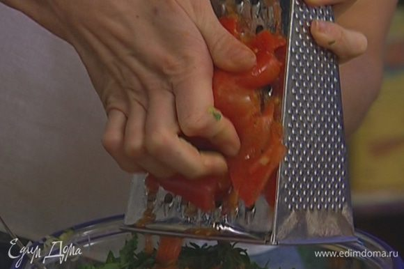 Крупный помидор натереть на терке.