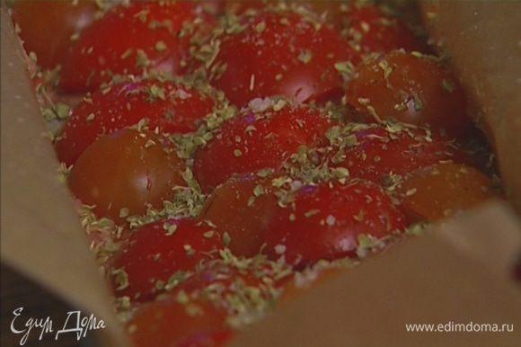 По всей поверхности мяса разложить нарезанные помидоры. Посолить и поперчить, присыпать орегано.