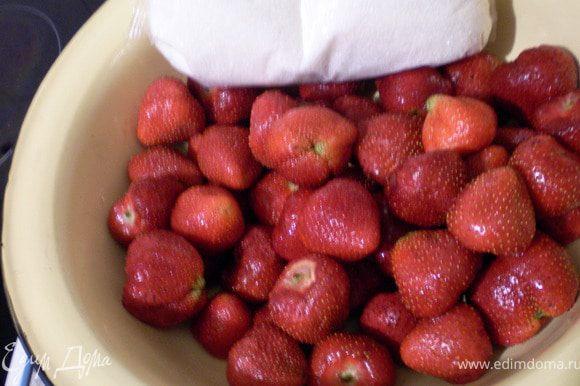 Ягоды перебираем промываем, отделяем плодоножки.