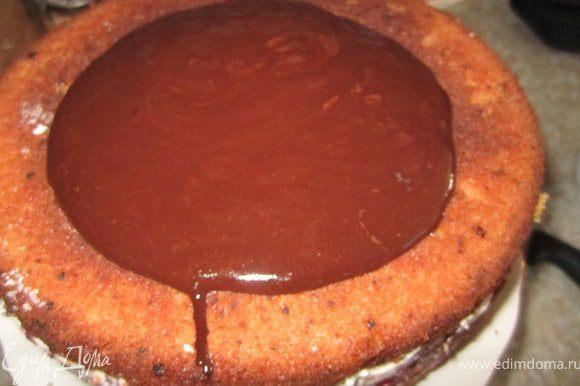 Шоколад растопить, добавить масло. Покрыть помадкой торт.