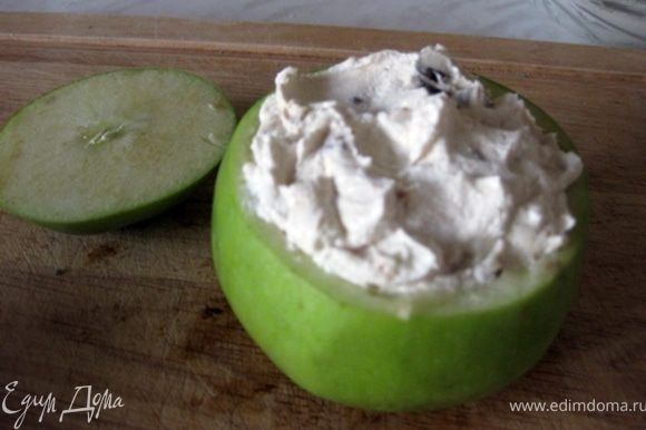 Наполнить яблоко нашей начинкой. Главное,чтобы начинка не вылезала за края или не лежала горкой, так как может увеличиваться при температурной обработке.