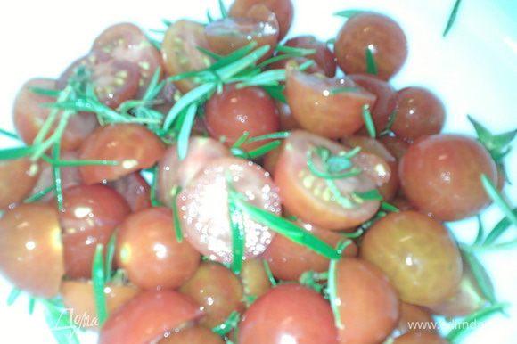 Примерно за час до приготовления, приготовить помидоры. Чери вымыть, удалить хвостики. Крупные чери разрезать пополам, маленькие можно оставить целыми. Базилик порезать. Розмарин отделить от грубых веточек. Смешать помидоры, розмарин.