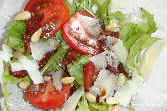 Сложить все в салатник. Перед употреблением посолить, добавить оливковое масло, бальзамический уксус, кедровые орешки.