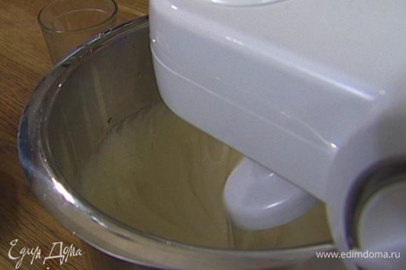 Яйца с сахаром взбить в кухонном комбайне так, чтобы масса посветлела и увеличилась в объеме.