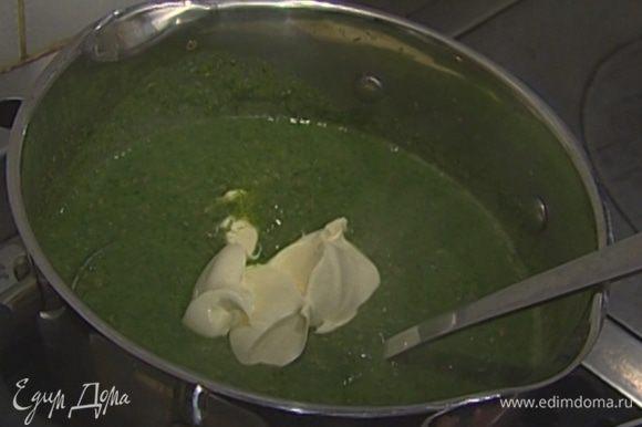 Соединить оставшуюся чечевицу и взбитые овощи, добавить бульон и сметану и прогреть суп.