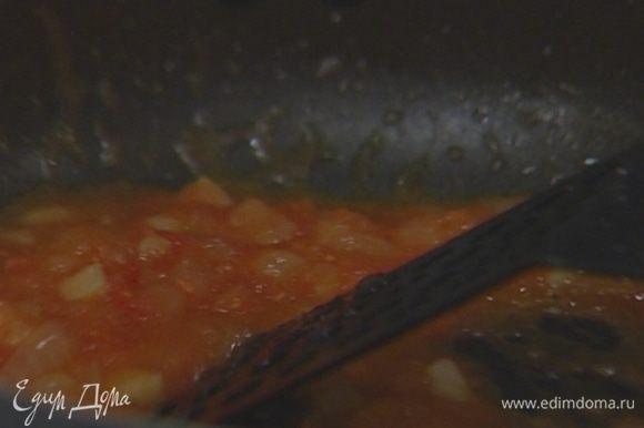 Один помидор натереть на терке, выложить в сковороду к луку и чесноку, всыпать по щепотке соли, свежемолотого черного перца и орегано.