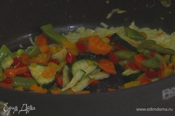 Овощи почистить, нарезать так, чтобы получились кусочки примерно одинаковой величины, и добавить в сковороду к луку с чесноком.