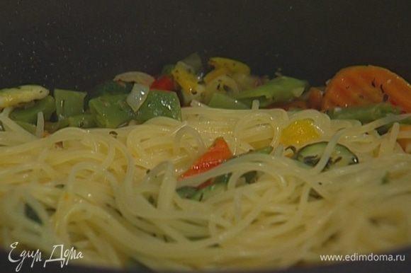 Макароны выложить в сковороду к овощам, перемешать и снять с огня.