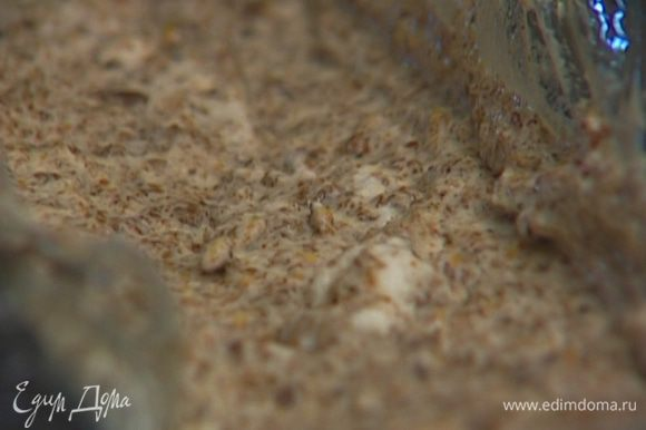 Продолговатую форму выстелить пленкой или смазать маслом и наполнить получившейся массой. Замораживать не менее двух часов.