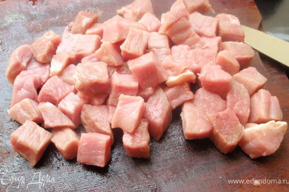 Мясо порежем небольшими кусочками, примерно 2Х2 см. Можно и больше порезать.