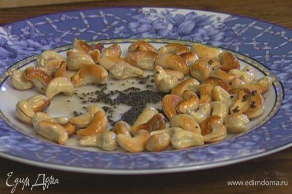 Разогреть в сковороде оливковое масло и обжарить орехи и семена горчицы до золотистого цвета.