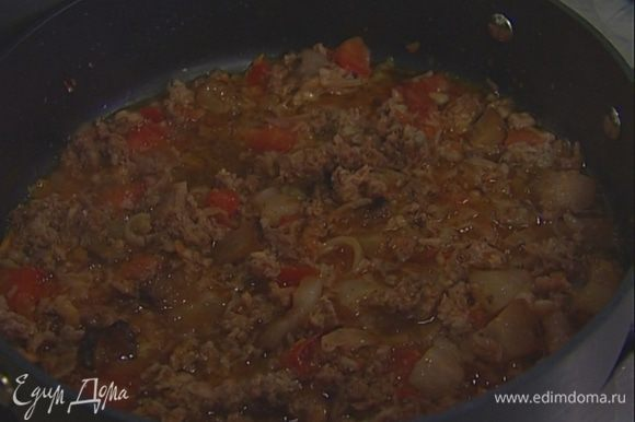 С колбасок снять оболочку. Получившийся фарш и нарезанный помидор отправить в сковороду. Несколько минут потушить, добавить макароны и тушить до готовности. Если соус получается слишком густым, можно понемногу добавлять воду, в которой варились макароны.