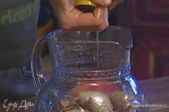 Из лимона выжать сок, добавить его к персикам и через сито залить все чаем.