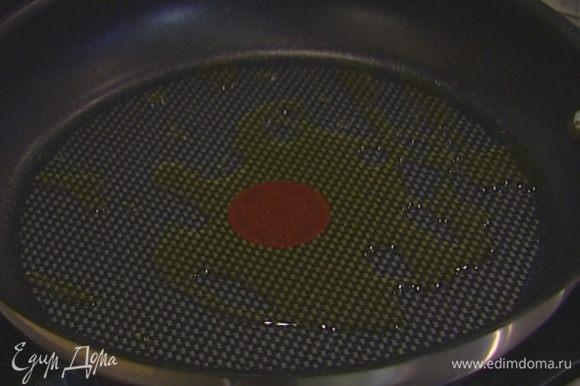Разогреть в сковороде 2 ст. ложки растительного масла.