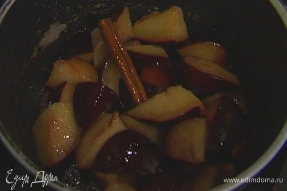 Приготовить домашний кетчуп: в небольшой кастрюле разогреть кунжутное масло, добавить сливы, палочку корицы и тушить 2–3 минуты.