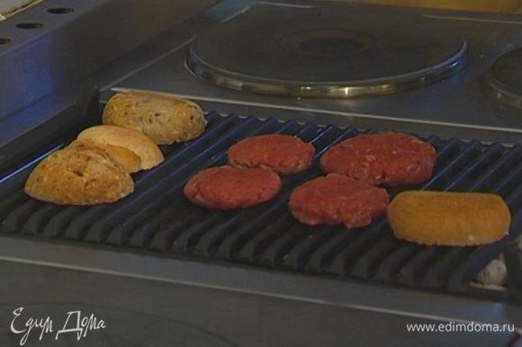 Булочки разрезать пополам, тоже поджарить на сковороде-гриль и сбрызнуть оливковым маслом.