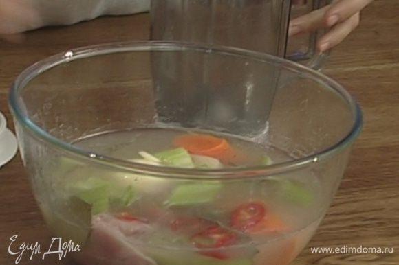 Из маринада удалить лавровый лист, веточки розмарина и тимьяна, овощи с половиной жидкости взбить в блендере в пюре или протереть через сито.
