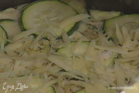 Выпекать пирог 25–30 минут в разогретой духовке, затем присыпать оставшимся сыром и выпекать еще около 10 минут.