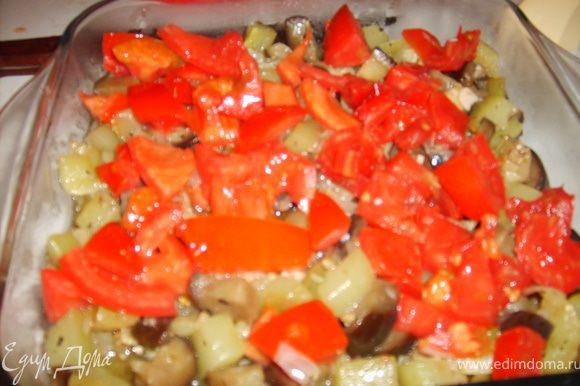 Сверху укладываем нарезанные кубиками помидоры