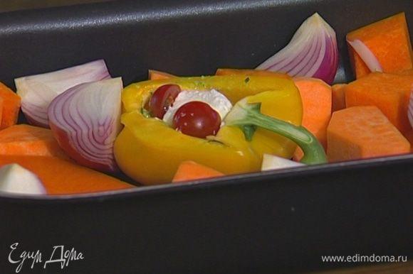 Уложить тыкву, картофель, лук, перец и оставшиеся помидоры в глубокий противень, полить оливковым маслом и поперчить.