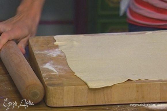 Тесто разморозить и на присыпанной мукой поверхности раскатать как можно тоньше.