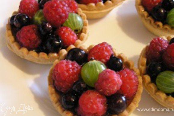Перед подачей ягоды аккуратно смазать мятным сиропом с помощью кулинарной кисточки.