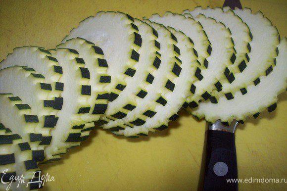 Далее нарезать. у меня цукини был крупный и я его потом разрезала пополам.) автор рецепта предлогал тереть цукини на крупной терке, но тогда получается кабачковое месево а не салат.)