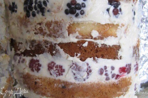 Достать торт из холодильника. Аккуратно снять бортики и фольгу.