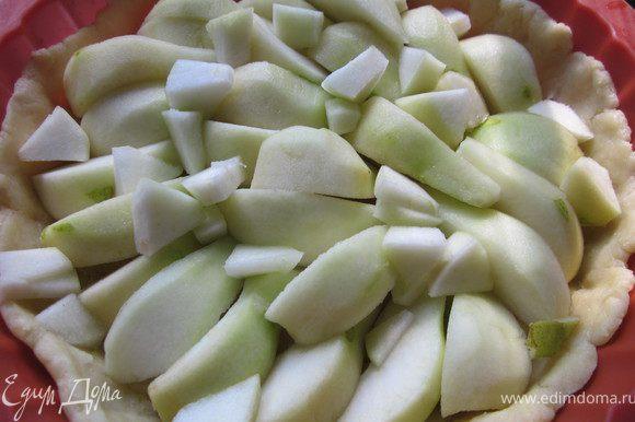 Распределить тесто по форме, наколоть вилкой, выложить грушу и поставить в духовку на 15 минут. 220*