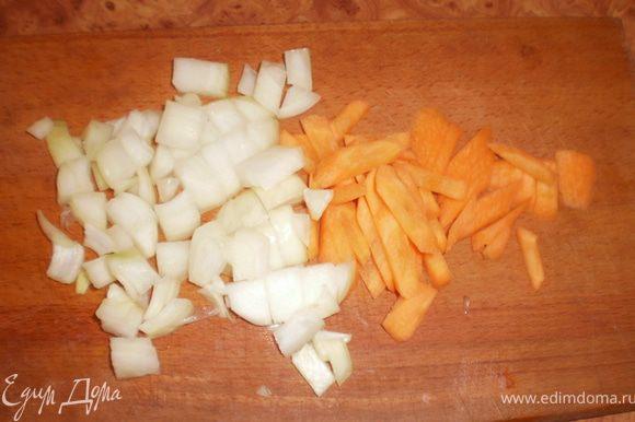 Чеснок(мой суп без него), лук режем кубиками. Морковку - тоненькими брусочками. В оригинальном рецепте морковь не используют, но я очень люблю морковку в супе.