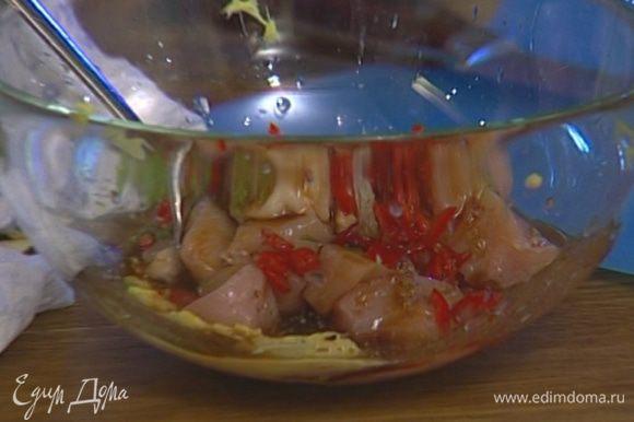 Опустить курицу в маринад так, чтобы все кусочки были покрыты, присыпать кинзой и оставить на полчаса.