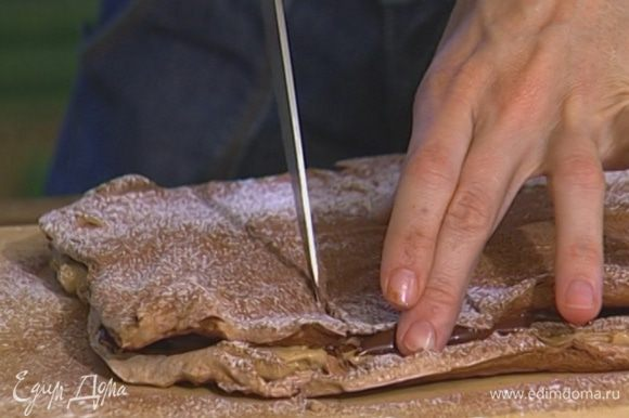 Охлажденный торт нарезать на небольшие квадратики и подавать.