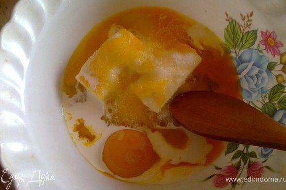 Начнем с теста. Масло растираем с сахаром, яйцом, ванилином, желтками.