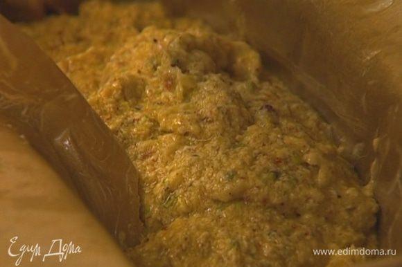 Выстелить глубокую узкую форму бумагой для выпечки, смазать ее сливочным маслом. Выложить тесто в форму и выпекать пирог в разогретой духовке 40–50 минут.
