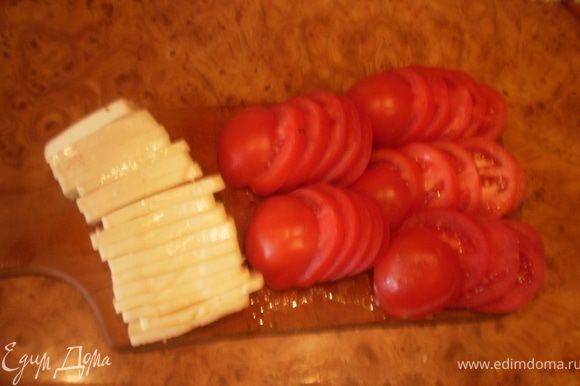Брынзу нарезаем ломтиками, помидоры - кружочками.