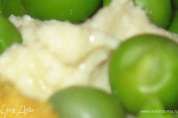 соус: Яичный желток растереть с солью и перцем, добавить лимонный сок, растереть, добавлять по каплям оливковое масло и растирать до получения соуса. Хорошо еще добавить рубленный зеленый лук.