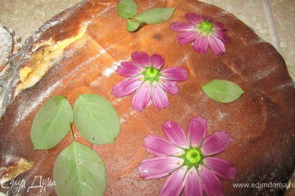 Еще можно незамысловато украсить тарт.) После выпечки и охлаждения. Взять любые цветочки и листочки. Выложить на тарт.