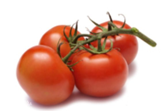 Помидоры надо отделить от шкурки. Для этого обдаем наши помидорки кипятком, и шкурка легко снимется). Затем нарезать на небольшие кусочки.
