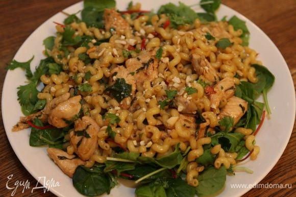 Листья салата выложить на блюдо, а на них — макароны с курицей.
