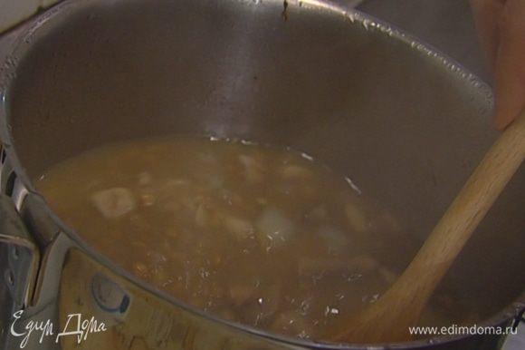 Чечевицу промыть, всыпать в кастрюлю с грибами, добавить лавровый лист, довести до кипения, затем уменьшить огонь. Варить 30 минут, в конце посолить, поперчить, влить лимонный сок.
