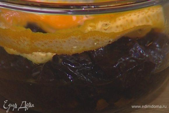 В настоявшийся чай добавить коньяк, апельсиновый сок и цедру и замочить в нем чернослив.
