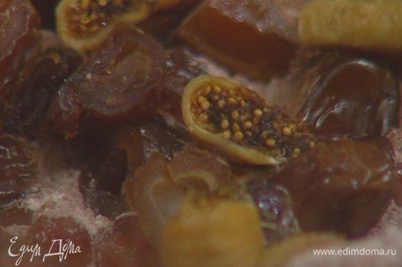 Инжир и персики крупно порубить.