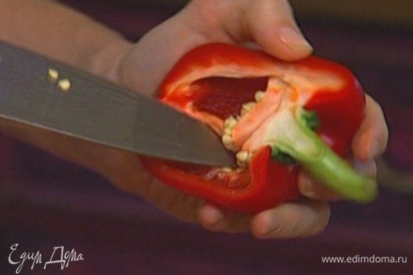 У сладкого перца удалить плодоножку с семенами, красный нарезать мелко, а желтый и зеленый — кольцами.