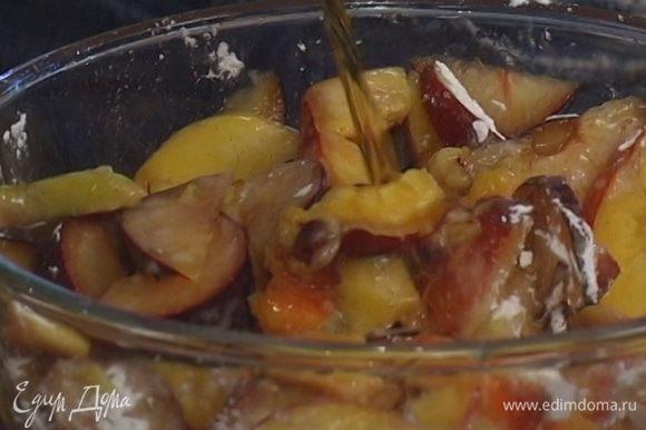 Нарезанные фрукты посыпать сахарной ванильной пудрой, полить коньяком, перемешать и оставить мариноваться на 20 минут.