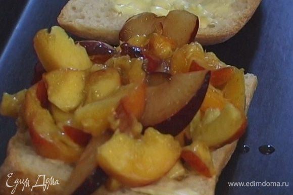 Каждую часть хлеба смазать маслом, уложить сверху фрукты и запекать в разогретой духовке 20−25 минут.