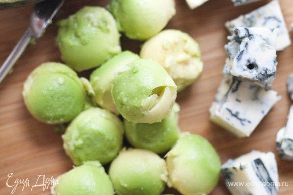 С авокадо снять кожуру, вынуть косточку, ложкой сформировать из мякоти небольшие шарики и уложить на салат.