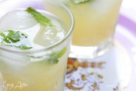 В большой кувшин насыпать на 3/4 льда, влить сладкий лимонный сок, добавить листья мяты.