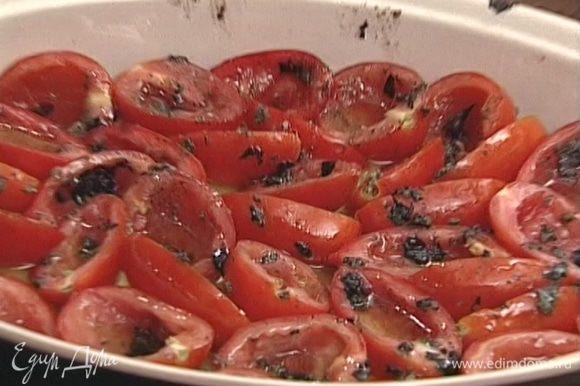 Чеснок почистить и измельчить в ступке вместе с орегано, перцем, солью и сухим базиликом, посыпать этой смесью помидоры.